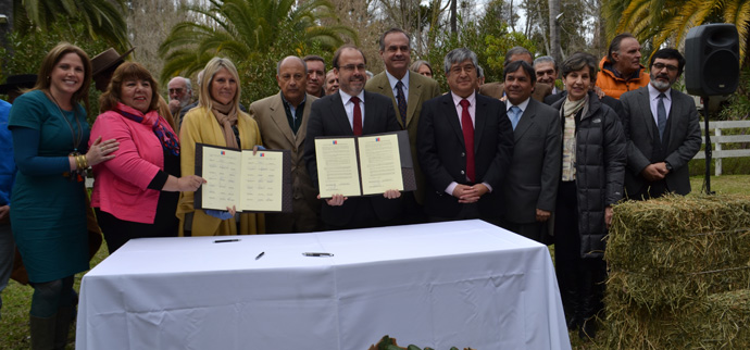 Autoridades y regantes firman acuerdo para el uso eficiente de las aguas del futuro Embalse Catemu en la Región de Valparaíso